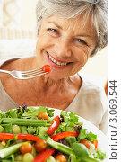 Купить «Улыбающаяся пожилая женщина ест овощной салат», фото № 3069544, снято 31 января 2006 г. (c) Monkey Business Images / Фотобанк Лори