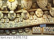 Купить «Витрина ювелирного магазина», фото № 3070112, снято 21 ноября 2011 г. (c) Яков Филимонов / Фотобанк Лори