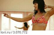 Купить «Женщина танцует напротив зеркала», видеоролик № 3070772, снято 19 декабря 2011 г. (c) Владимир Никулин / Фотобанк Лори