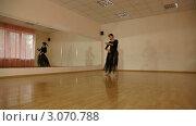 Купить «Женщина танцует в зале», видеоролик № 3070788, снято 19 декабря 2011 г. (c) Владимир Никулин / Фотобанк Лори