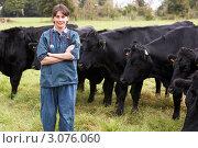 Купить «Женщина ветеринар на фоне коров на поле», фото № 3076060, снято 27 сентября 2007 г. (c) Monkey Business Images / Фотобанк Лори