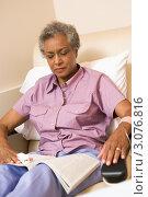 Купить «Пожилая пациентка в кресле листает журнал», фото № 3076816, снято 3 июля 2007 г. (c) Monkey Business Images / Фотобанк Лори