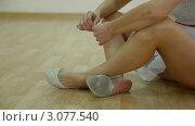 Купить «Танцовщица вертит в руках серьги, сидя на полу», видеоролик № 3077540, снято 19 декабря 2011 г. (c) Владимир Никулин / Фотобанк Лори