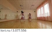 Купить «Две танцовщицы танцуют в зале», видеоролик № 3077556, снято 19 декабря 2011 г. (c) Владимир Никулин / Фотобанк Лори
