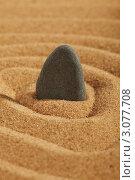 Камень торчит из песка. Стоковое фото, фотограф Dzianis Miraniuk / Фотобанк Лори