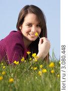 Купить «Молодая улыбающаяся брюнетка лежит на цветочном лугу», фото № 3080448, снято 20 апреля 2009 г. (c) Monkey Business Images / Фотобанк Лори
