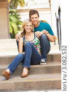 Влюбленная пара на улице присела на ступени лестницы. Стоковое фото, фотограф Monkey Business Images / Фотобанк Лори