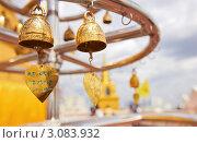 Купить «Золотые колокольчики в храме Ват Сакет Ратча Вора Маха Вихан — буддийский храм в Бангкоке, Таиланд», фото № 3083932, снято 29 февраля 2020 г. (c) Виктор Савушкин / Фотобанк Лори