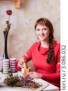 Купить «Молодая женщина с лекарственными травами на кухне», эксклюзивное фото № 3086032, снято 25 декабря 2011 г. (c) Майя Крученкова / Фотобанк Лори