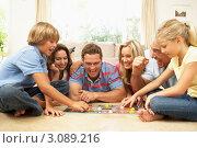 Купить «Большая счастливая семья играет вместе в настольную игру», фото № 3089216, снято 11 августа 2009 г. (c) Monkey Business Images / Фотобанк Лори
