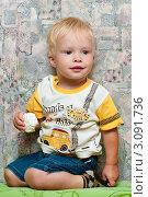 Купить «Маленький мальчик с зефиром», эксклюзивное фото № 3091736, снято 23 августа 2011 г. (c) Игорь Низов / Фотобанк Лори