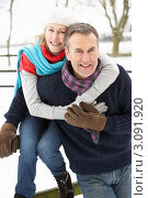 Купить «Счастливая семейная пара на улице зимой», фото № 3091920, снято 12 января 2010 г. (c) Monkey Business Images / Фотобанк Лори