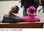 Женщины беседуют на лавочке. Стоковое фото, фотограф Елена Поминова / Фотобанк Лори