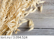 Овес на деревянном фоне. Стоковое фото, фотограф Воронин Владимир Сергеевич / Фотобанк Лори