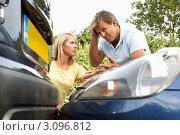 Купить «Мужчина и женщина разбираются на месте ДТП», фото № 3096812, снято 30 июня 2010 г. (c) Monkey Business Images / Фотобанк Лори