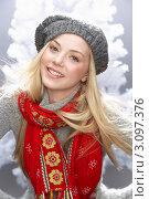 Молодая блондинка в шапке и шарфе на фоне елки. Стоковое фото, фотограф Monkey Business Images / Фотобанк Лори