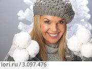Купить «Портрет улыбающейся девушки в зимней одежде со снежками в руках», фото № 3097476, снято 2 февраля 2010 г. (c) Monkey Business Images / Фотобанк Лори