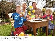 Купить «Счастливая семья из четырех человек раскрашивает пасхальные яйца за столом на природе», фото № 3102372, снято 15 сентября 2000 г. (c) Monkey Business Images / Фотобанк Лори