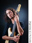 Купить «Портрет гитариста на темном фоне», фото № 3103852, снято 21 мая 2011 г. (c) Elnur / Фотобанк Лори