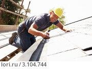 Купить «Кровельщик работает над крышей нового дома», фото № 3104744, снято 27 апреля 2010 г. (c) Monkey Business Images / Фотобанк Лори