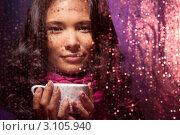Купить «Девушка пьет горячий чай в холодную дождливую погоду», фото № 3105940, снято 25 июня 2011 г. (c) Сергей Новиков / Фотобанк Лори