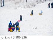 Купить «Катание с горки», фото № 3106836, снято 3 января 2012 г. (c) Михаил Павлов / Фотобанк Лори