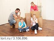 Купить «Уставшая семья из четырех человек в пустой квартире с картонными коробками для переезда», фото № 3106896, снято 11 ноября 2010 г. (c) Monkey Business Images / Фотобанк Лори