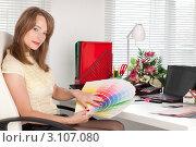 Купить «Молодая деловая женщина с палитрой в руках сидит на рабочем места в офисе. Дизайнер интерьера», фото № 3107080, снято 12 июня 2011 г. (c) Мельников Дмитрий / Фотобанк Лори