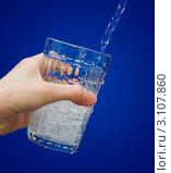 Купить «Вода льется в стакан на синем фоне», фото № 3107860, снято 29 декабря 2011 г. (c) Александр Подшивалов / Фотобанк Лори