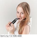 Купить «Молодая привлекательная девушка держит в руках очки», фото № 3108448, снято 4 мая 2011 г. (c) Алёшина Оксана / Фотобанк Лори