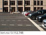 Купить «Москва. Остановка автомобилей перед стоп-линией», эксклюзивное фото № 3112748, снято 18 августа 2011 г. (c) Зобков Георгий / Фотобанк Лори
