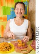 Купить «Женщина кладет начинку на кусок отбитого мяса», фото № 3112876, снято 15 октября 2010 г. (c) Яков Филимонов / Фотобанк Лори