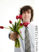 Купить «Молодой брюнет в рубашке с галстуком протягивает вперед руку с букетом тюльпанов. Фокус на цветах.», фото № 3112884, снято 4 ноября 2010 г. (c) Величко Микола / Фотобанк Лори