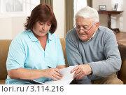 Купить «Пожилой мужчина беседует с медсестрой из патронажной службы», фото № 3114216, снято 7 января 2011 г. (c) Monkey Business Images / Фотобанк Лори