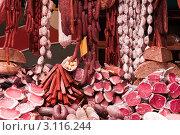 Купить «Мясные и колбасные изделия на витрине на рынке», фото № 3116244, снято 22 ноября 2011 г. (c) Яков Филимонов / Фотобанк Лори