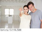 Купить «Молодая пара в пустой комнате, девушка протягивает ключ», фото № 3116588, снято 2 марта 2011 г. (c) Monkey Business Images / Фотобанк Лори