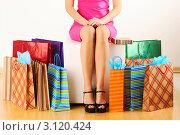 Стройные женские ноги и цветные пакеты для шопинга. Стоковое фото, фотограф Николай Охитин / Фотобанк Лори