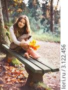 Купить «Девушка сидит на скамейке осенью», фото № 3122456, снято 16 февраля 2019 г. (c) Петр Малышев / Фотобанк Лори