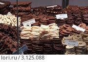 Купить «Фрукты в шоколаде на прилавке уличного лотка», фото № 3125088, снято 22 ноября 2011 г. (c) Яков Филимонов / Фотобанк Лори