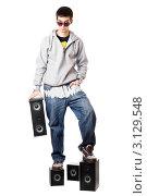 Купить «Молодой человек в темных очках стоит на колонках», фото № 3129548, снято 5 февраля 2010 г. (c) Сергей Сухоруков / Фотобанк Лори