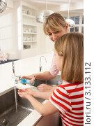 Купить «Мама и дочка моют руки на кухне», фото № 3133112, снято 5 января 2011 г. (c) Monkey Business Images / Фотобанк Лори