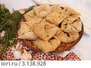 Домашняя выпечка на глиняном блюде, укроп и чеснок. Стоковое фото, фотограф Дина Гордиенко / Фотобанк Лори