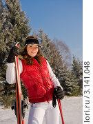 Портрет счастливой молодой женщины с лыжами на прогулке в зимнем лесу. Стоковое фото, фотограф CandyBox Images / Фотобанк Лори