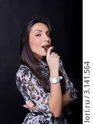 Красивая девушка кусает пирожное. Стоковое фото, фотограф Евгений Липский / Фотобанк Лори