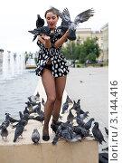 Купить «Соблазнительная девушка кормит на площади голубей», фото № 3144416, снято 5 августа 2011 г. (c) Момотюк Сергей / Фотобанк Лори