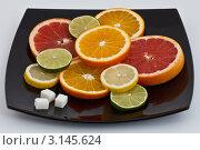 Кружочки цитрусовых, разложенные на тарелке. Стоковое фото, фотограф Наталия Китаева / Фотобанк Лори