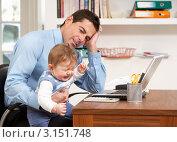 Купить «Надомная работа  - отец сидит перед ноутбуком с плачущим маленьким ребенком на коленях», фото № 3151748, снято 8 января 2011 г. (c) Monkey Business Images / Фотобанк Лори