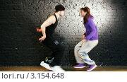 Молодые люди исполняют современный  танец. Стоковое видео, видеограф chaoss / Фотобанк Лори