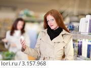 Купить «Молодая улыбающаяся женщина выбирает дезодорант в супермаркете», фото № 3157968, снято 18 апреля 2009 г. (c) CandyBox Images / Фотобанк Лори