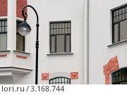 Купить «Фонарь на фоне дома в стиле модерн», эксклюзивное фото № 3168744, снято 21 января 2012 г. (c) Александр Алексеев / Фотобанк Лори